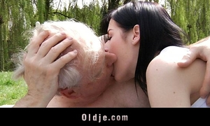 Young brunette hair whore bonks with old man in the park